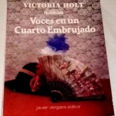 Libros de segunda mano: VOCES EN UN CUARTO EMBRUJADO; VICTORIA HOLT - JAVIER VERGARA EDITOR 1987. Lote 111495343