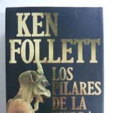 Livres d'occasion: LOS PILARES DE LA TIERRA. FOLLETT. 1ª EDICIÓN 1998. TAPA DURA.. Lote 113318047