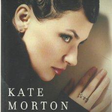 Libros de segunda mano: KATE MORTON : EL CUMPLEAÑOS SECRETO. (TRADUCCIÓN DE MÁXIMO SÁEZ. SUMA DE LETRAS, 2013) . Lote 125907843