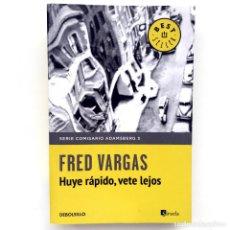 Libros de segunda mano: HUYE RÁPIDO, VETE LEJOS - FRED VARGAS (DEBOLSILLO-SIRUELA). Lote 130808972