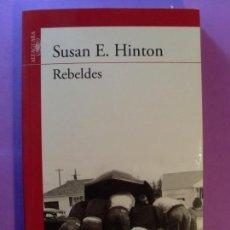 Libros de segunda mano: REBELDES / SUSAN E. HINTON / 16ª EDICIÓN 2011. ALFAGUARA. Lote 131131196