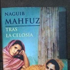 Libros de segunda mano: TRAS LA CELOSIA. NAGUIB MAHFUZ. MARTINEZ ROCA 1999. . Lote 131818782