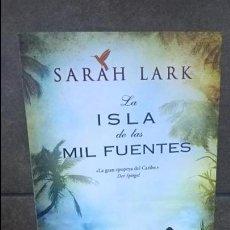 Libros de segunda mano: LA ISLA DE LAS MIL FUENTES. SRAH LARK. EDICIONES B PRIMERA EDICION 2013. . Lote 140234798