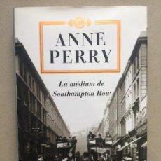 Libros de segunda mano: LA MÉDIUM DE SOUTHAMPTON ROW - ANNE PERRY - TAPA DURA. Lote 143045374