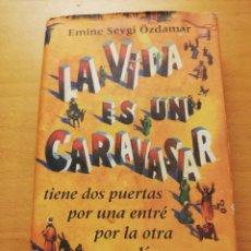 Libros de segunda mano: LA VIDA ES UN CARAVASAR (EMINE SEVGI ÖZDAMAR) CÍRCULO DE LECTORES. Lote 157932358