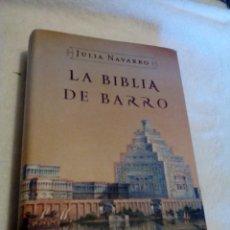 Libros de segunda mano: RX__LIBRO, LA BIBLIA DE BARRO DE JULIA NAVARRO,MIDE APROXIMADAMENTE14X20CM,TIENE 766 PAGINAS. Lote 165224054