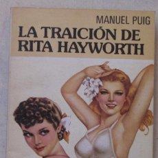Libros de segunda mano: MANUEL PUIG. LA TRAICIÓN DE RITA HAYWORTH. BIBLIOTECA UNIVERSAL FORMENTOR. 1ª EDICIÓN, MARZO 1982.. Lote 169039740