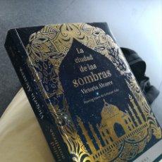 Libros de segunda mano: LA CIUDAD DE LAS SOMBRAS VICTORIA ÁLVAREZ E ILUSTRACIONES DE LEANAN AIDA. PRIMERA EDICIÓN. Lote 169565041