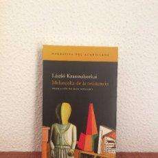 Libros de segunda mano: MELANCOLÍA DE LA RESISTENCIA - LÁSZLÓ KRASZNAHORKAI - ACANTILADO. Lote 175654290