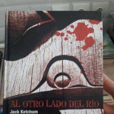 Libros de segunda mano: AL OTRO LADO DEL RIO, JACK CHETCHUM. ED. EL ANDEN 2008 RARO. Lote 175817230