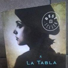 Libros de segunda mano: LA TABLA ESMERALDA. CARLA MONTERO. DEBOLSILLO PRIMERA EDICION 2013.. Lote 177134019