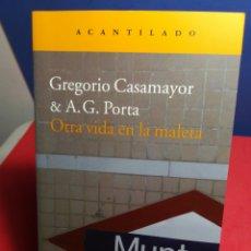 Libros de segunda mano: OTRA VIDA EN LA MALETA / GREGORIO CASAMAYOR & A. G. PORTA / ACANTILADO, 2012. Lote 178625091