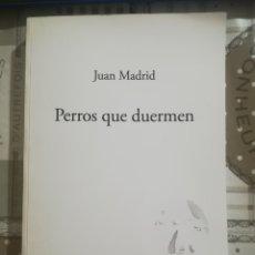 Libros de segunda mano: PERROS QUE DUERMEN - JUAN MADRID. Lote 179192980
