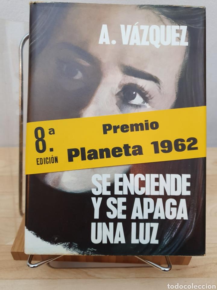 SE ENCIENDE Y SE APAGA UNA LUZ. (Libros de Segunda Mano (posteriores a 1936) - Literatura - Narrativa - Otros)
