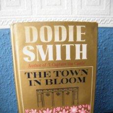 Libros de segunda mano: THE TOWN IN BLOOM - DODIE SMITH - WILLIAM HEINEMANN - LONDRES (1956) - PRIMERA EDICIÓN. Lote 194271140