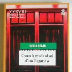 Libros de segunda mano: COMO LA MUDA AL SOL D´UNA LLAGARTESA - BERTA PIÑAN - ESCRITO EN ASTURIANO. Lote 194359593