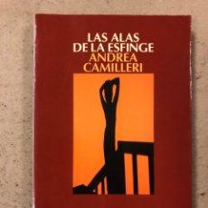 Libros de segunda mano: LAS ALAS DE LA ESFINGE. ANDREA CAMILLERI. EDICIONES SALAMANDRA 2009 (1ªEDICIÓN).. Lote 194512882