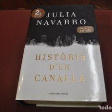 Libros de segunda mano: HISTÒRIA D'UN CANALLA - JULIA NAVARRO - EDICIÓ EN CATALÀ - NOB. Lote 194949826
