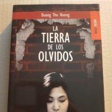 Libros de segunda mano: LA TIERRA DE LOS OLVIDOS ( DUONG THU HUONG ). Lote 195001535