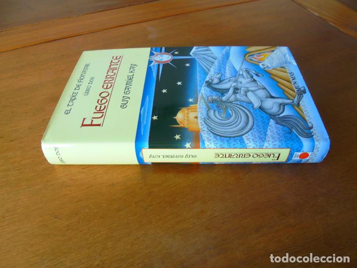 Libros de segunda mano: EL LIBRO DE FIONAVAR, LIBRO DOS: FUEGO ERRANTE (GUY GAVRIEL KAY) - Foto 2 - 195344945