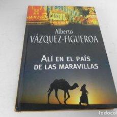 Libros de segunda mano: ALÍ EN EL PAÍS DE LAS MARAVILLAS (ALBERTO VÁZQUEZ-FIGUEROA) RBA-2004. Lote 195530998