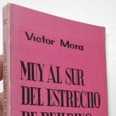 Libros de segunda mano: MUY AL SUR DEL ESTRECHO DE BEHRING - VÍCTOR MORA. Lote 196979021