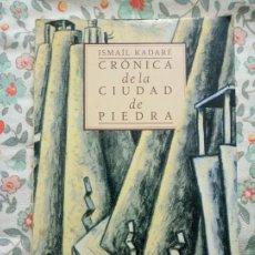 Libros de segunda mano: ISMAIL KADARE CRONICA DE LA CIUDAD DE PIEDRA. Lote 202283120