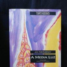 Libros de segunda mano: A MEDIA LUZ - JAY MCINERNEY. Lote 206924027