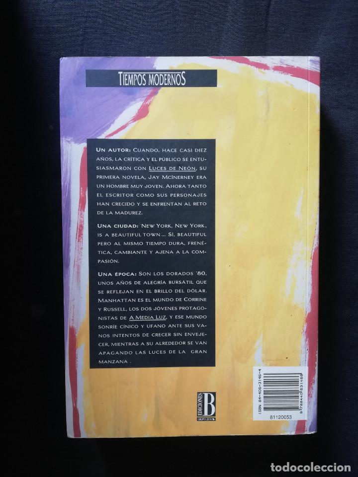 Libros de segunda mano: A MEDIA LUZ - JAY MCINERNEY - Foto 2 - 206924027