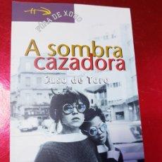 Libros de segunda mano: LIBRO-A SOMBRA CAZADORA-SUSO DE TORO-2002-EDICIÓS XERAIS DE GALICIA(VIGO)-FORA DE XOGO-VER FOTOS. Lote 207779070