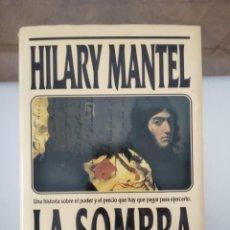 Libros de segunda mano: LA SOMBRA DE LA GUILLOTINA.-HILARY MANTEL.- ED. B. Lote 209580156