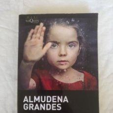 Livros em segunda mão: LOS BESOS EN EL PAN. ALMUDENA GRANDES. COLECCIÓN MAXI 001/4. TUSQUETS EDITORES. LIBRO. Lote 210221230