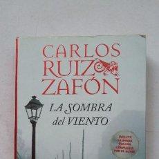 Libros de segunda mano: LA SOMBRA DEL VIENTO. CARLOS RUIZ ZAFON. TDK388. Lote 211693981