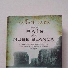 Libros de segunda mano: EN EL PAÍS DE LA NUBE BLANCA. - SARAH LARK. EDICIONES B. TDK390. Lote 211699431