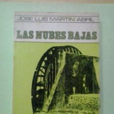 Libros de segunda mano: LMV - LAS NUBES BAJAS. JOSÉ LUIS MARTÍN ABRIL. Lote 214073293