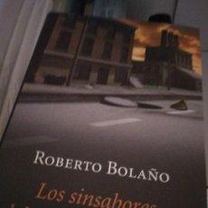 Libros de segunda mano: BOLAÑO, ROBERTO - LOS SINSABORES DEL VERDADERO POLICÍA. Lote 214368856