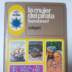 Libros de segunda mano: LA MUJER DEL PIRATA (SANDOKÁN) POR EMILIO SALGARI. EXCELENTES ILUSTRACIONES. AÑO 1976.LIBROS DE PLON. Lote 215200742