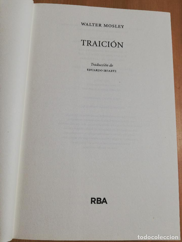 Libros de segunda mano: TRAICIÓN (WALTER MOSLEY) - Foto 2 - 219336748
