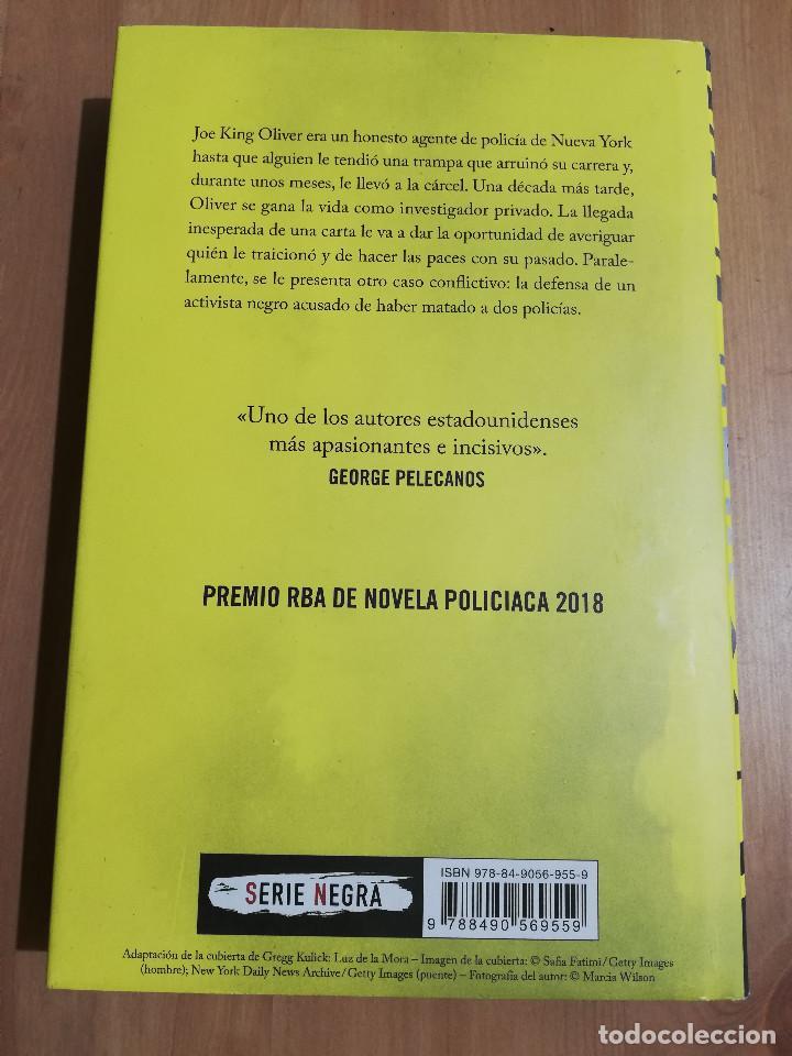 Libros de segunda mano: TRAICIÓN (WALTER MOSLEY) - Foto 3 - 219336748