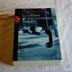 Libros de segunda mano: LA CIUDAD DE LOS CAZADORES TÍMIDOS - TOM SPANBAUER - ED. POLIEDRO 2002. Lote 220114070