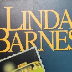 Libros de segunda mano: LINDA BARNES. INSTANTÁNEAS. PLAZA & JANÉS .. Lote 222492671