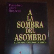 Libros de segunda mano: A LA SOMBRA DEL ASOMBRO. FRANCISCO CLARO HUNEEUS. EDITORIAL ANDRES BELLO. 1995.. Lote 222615888