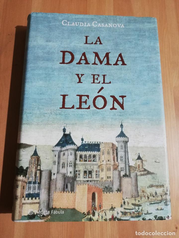LA DAMA Y EL LEÓN (CLAUDIA CASANOVA) (Libros de Segunda Mano (posteriores a 1936) - Literatura - Narrativa - Otros)