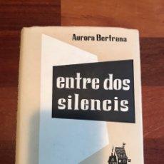 Libros de segunda mano: ENTRE DOS SILENCIS AURORA BERTRANA PRIMERA EDICIÓN CLUB NOVEL.LISTES 1958. Lote 224272062