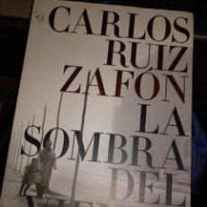 Libros de segunda mano: CARLOS RUIZ ZAFON. LA SOMBRA DEL VIENTO. PLANETA 2007. Lote 228072367