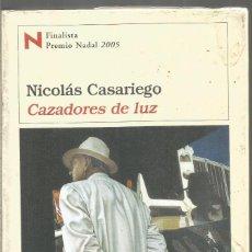 Libros de segunda mano: NICOLAS CASARIEGO. CAZADORES DE LUZ. DESTINO. PRIMERA EDICION. Lote 245641795