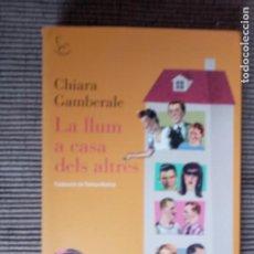 Libros de segunda mano: LA LLUM A CASA DELS ALTRES. CHIARA GAMBERALE. EDICIONS 62, 2012.. Lote 246054705
