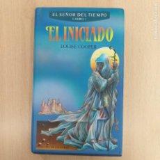 Libros de segunda mano: EL INICIADO. EL SEÑOR DEL TIEMPO LIBRO I. LOUISE COOPER. CIRCULO LECTORES. Lote 251110895