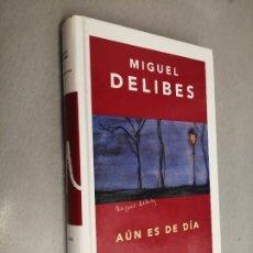 Libros de segunda mano: AÚN ES DE DÍA / MIGUEL DELIBES / ED. DESTINO 1ª EDICIÓN 2004. Lote 254720575