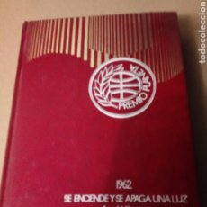 Libros de segunda mano: SE ENCIENDE Y SE APAGA UNA LUZ DE ANGEL VAZQUEZ.. Lote 257324075
